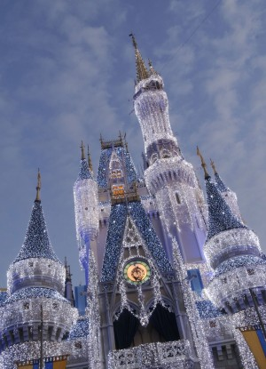 [Magic Kingdom] Château de Cristal copié sur Disneyland Paris - Page 2 Petit_christmascastle_wdw14